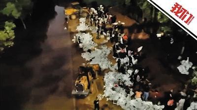 武汉长江二桥下百余人灌沙袋防汛